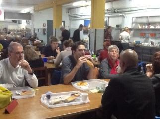 Ontbijten in de eetzaal van de alberque