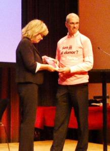 Pia Dijkstra ontvangt het eerste exemplaar uit handen van Hans Bart